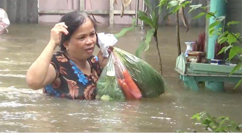 Nước ngập đến ngực, người dân Phú Quốc khổ sở di chuyển