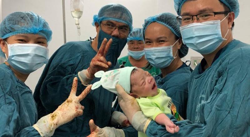 Ê kíp mổ đã rất vui sướng khi kịp thời cứu được thai nhi trong tích tắc.