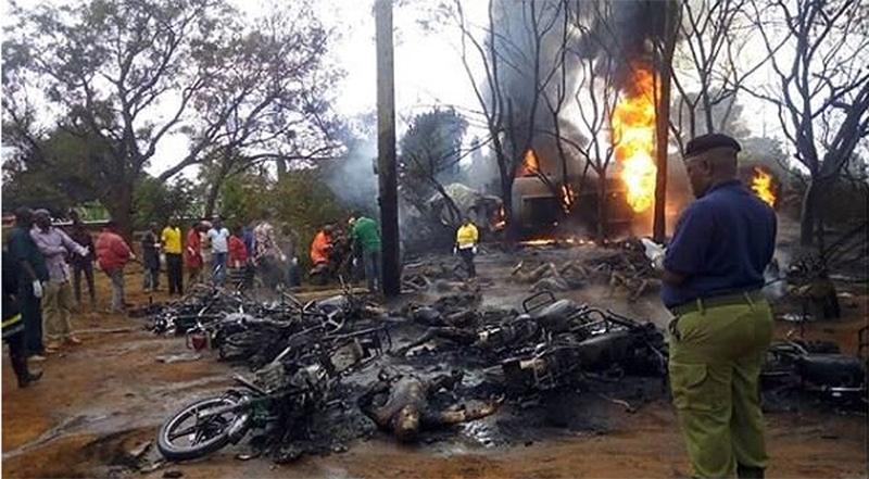 61 người bị thiêu cháy khi đang xách can 'hôi' dầu của một xe bồn gặp nạn.