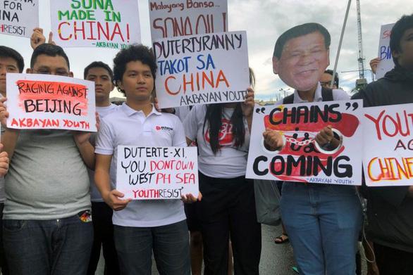 Các nhà hoạt động sinh viên Philippines giữ các khẩu hiệu chống lại Trung Quốc trong một cuộc biểu tình ở thủ đô Manila, Philippines vào 22/7. (Ảnh qua tuoitre)