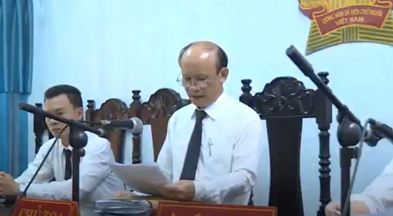 Thẩm phán Nguyễn Văn Bằng (TAND tỉnh Đắk Lắk) ngồi ghế chủ tọa xử vụ án hiếp dâm vào ngày 12/8.