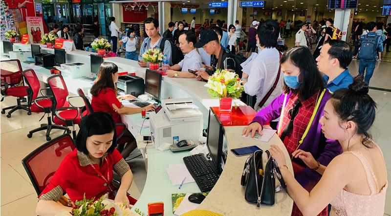 Hành khách mua vé tại quầy đại diện của Vietjet ở sân bay Tân Sơn Nhất. (Ảnh qua tuoitre)