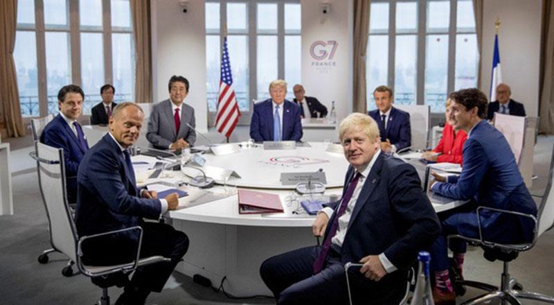 Tổng thống Mỹ Donald Trump ngồi giữa các lãnh đạo nhóm G7 trong cuộc họp tại Pháp ngày 25/8 . (Ảnh qua tuoitre)