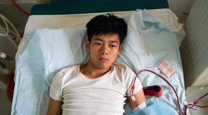 Sức khỏe Tiểu Vương giảm sút vì thường xuyên phải lọc máu.. (Ảnh qua vnexpress)