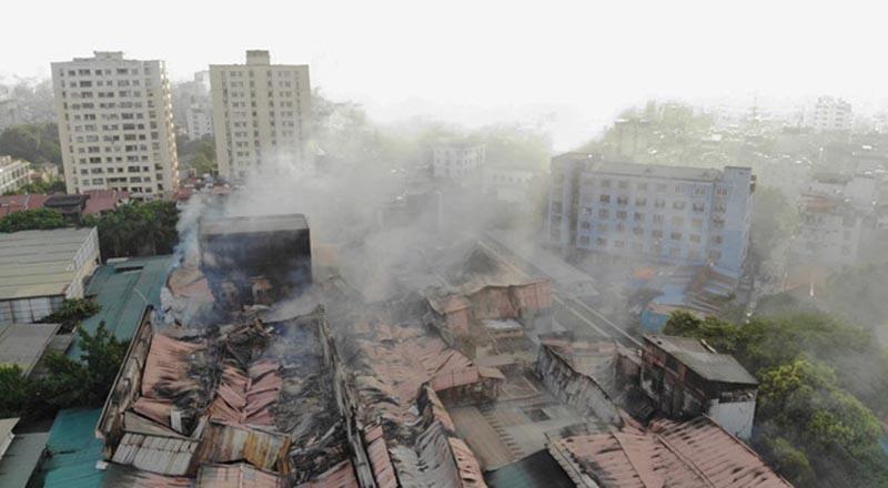 Sau nửa ngày được dập tắt, khói bụi từ đám cháy vẫn bao phủ một vùng. (Ảnh qua vnexpress)