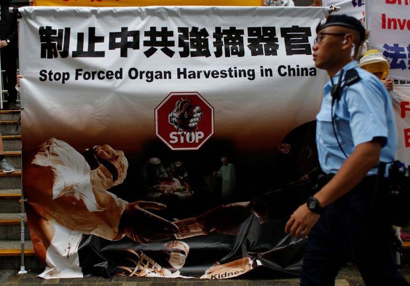 """Một tấm áp phích của học viên Pháp Luân Công ở Hong Kong ghi là: """"Hãy dừng việc thu hoạch nội tạng ở Trung Quốc"""". (Ảnh: Reuters)"""