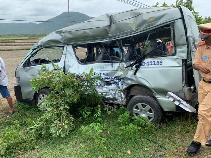 Ôtô bị tàu đẩy đi trên đường ray hơn 200m rồi văng ra xa ngoài đồng ruộng, móp méo và hư hỏng nặng.
