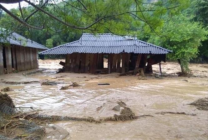 Lũ dữ tàn phá hàng chục căn nhà ở bản Sa Ná, xã Na Mèo.