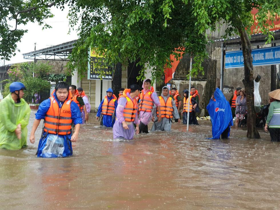 Lực lượng công an giúp dân chống ngập ở thị trấn Dương Đông.