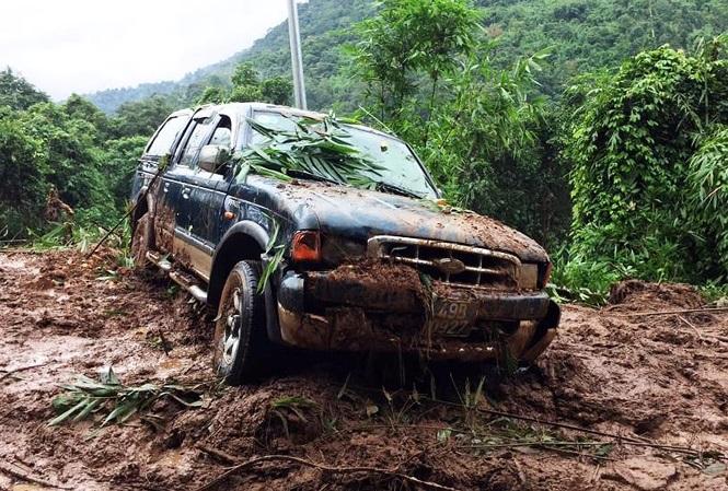 Chiếc ô tô bị đất đá 'đẩy' xuống ta luy âm, vừa được lực lượng chức năng cứu hộ