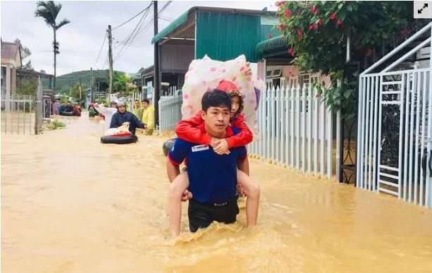 Tại Bảo Lộc, nước con suối Đại Lào dâng cao bất ngờ khiến hàng trăm căn nhà tại nhiều xã ở TP Bảo Lộc bị nhấn chìm. Giao thông cô lập hoàn toàn, nhiều gia đình bị mắc kẹt.