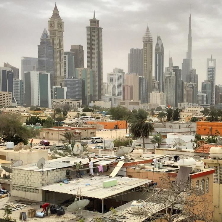 Hai thái cực hoàn toàn đối lập, một phần thành phố là những tòa nhờ trọc trời, phần còn lại là những tòa nhà lụp xụp.