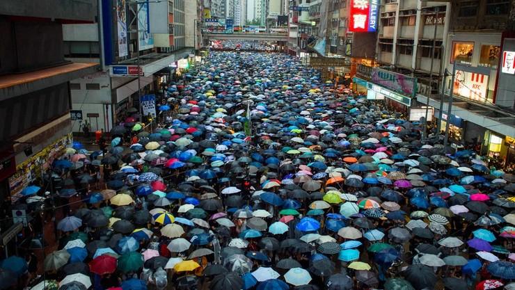 Khoảng 1,7 triệu người Hong Kong đội mưa đi biểu tình hôm 18/8. (Ảnh: Getty Images)