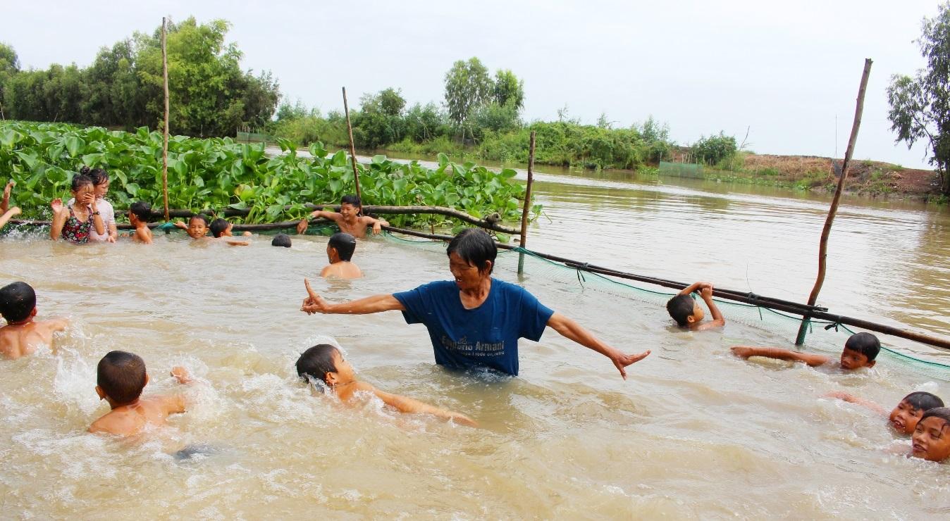 17 năm dạy bơi miễn phí cho hơn 2.000 trẻ em vùng sông nước