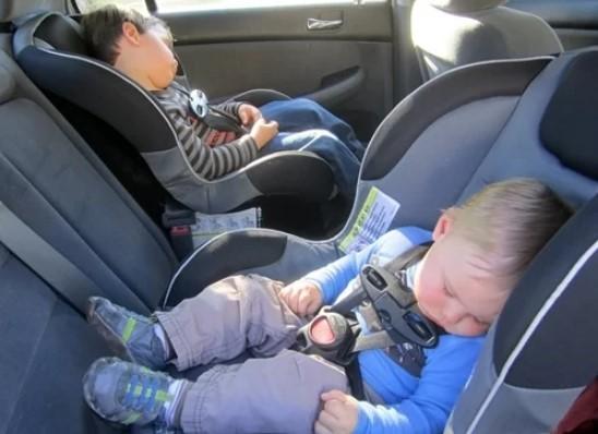 Trẻ em ngủ trên ôtô ở Mỹ.