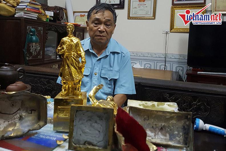 """Ông Ngô Xuân Tự bức xúc khi nhận về các bức tượng đồng được giới thiệu là """"nguyên khối mạ vàng"""" nhưng bên trong là xi măng."""