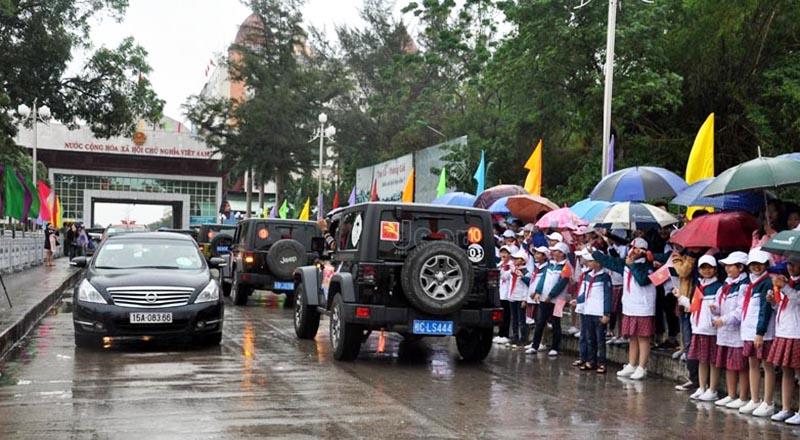Xe ô tô du lịch tự lái qua biên giới giữa 2 TP: Móng Cái (Việt Nam) và Đông Hưng (Trung Quốc) qua Cửa khẩu quốc tế Móng Cái (Ảnh qua quangninh)