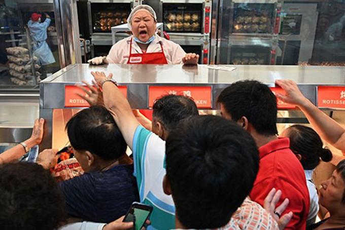 Khách hàng đang cố gắng để có được một con gà nướng tại cửa hàng Costco đầu tiên ở Trung Quốc. (Ảnh qua vietnamnet)