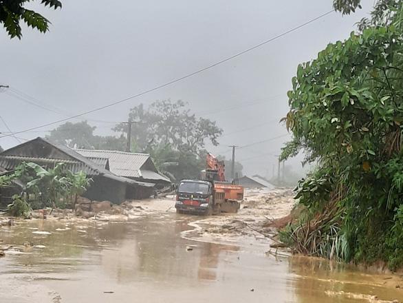 Một chiếc xe tải bị mắc kẹt trong mưa lũ trên quốc lộ 15C, đoạn qua bản Lốc Há, xã Nhi Sơn, huyện Mường Lát