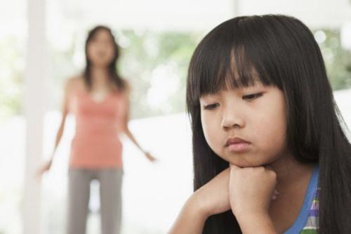 Khi liên tiếp không được lắng nghe và bị phán xét trên quan điểm của bố mẹ, trẻ bắt đầu cảm thấy cô độc trong chính gia đình của mình