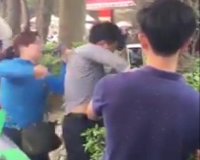 Phát hiện ông Dương, người đã sờ ngực mình khi còn trên xe buýt cũ nên đã lôi ông này xuống xe.