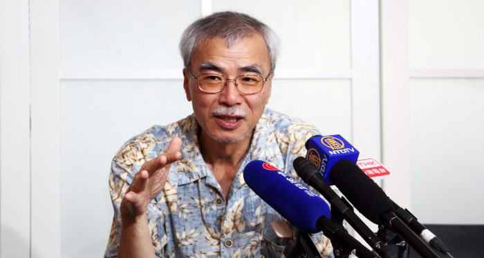 Luyện Ất Tranh, bình luận viên chính trị nổi tiếng, cựu tổng biên tập của trang Tin Báo và là cây bút số một của Hồng Kông