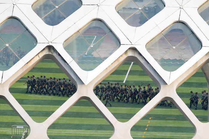 Binh sĩ Trung Quốc tham gia diễn tập ngày 15-8 tại Thâm Quyến, sát nách Hong Kong - Ảnh: REUTERS