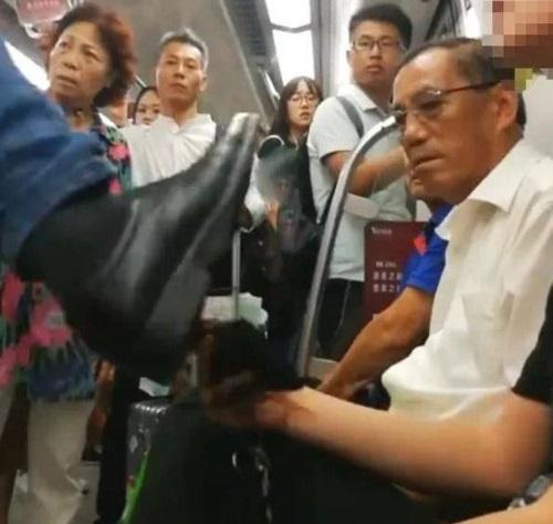 Một người đàn ông đã giơ chân đạp cậu học sinh 17 tuổi vì không nhường chỗ. Cậu bé chỉ ngồi chịu trận và không biết phản kháng. (Ảnh qua Sohu)