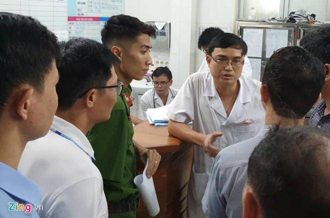 Cảnh sát có mặt tại bệnh viện để nắm thông tin về vụ việc.
