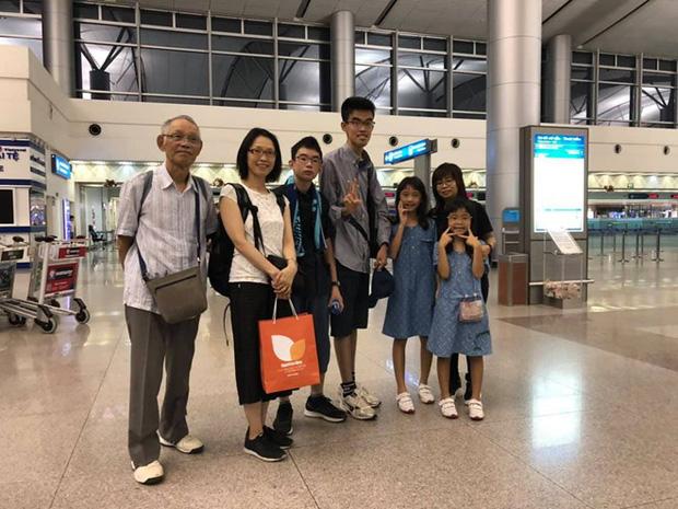 Cụ Oki (ngoài cùng, bên trái) chụp ảnh kỷ niệm cùng gia đình tại sân bay Tân Sơn Nhất (TP.HCM) trước khi lên máy bay về Tokyo sáng 4/8.
