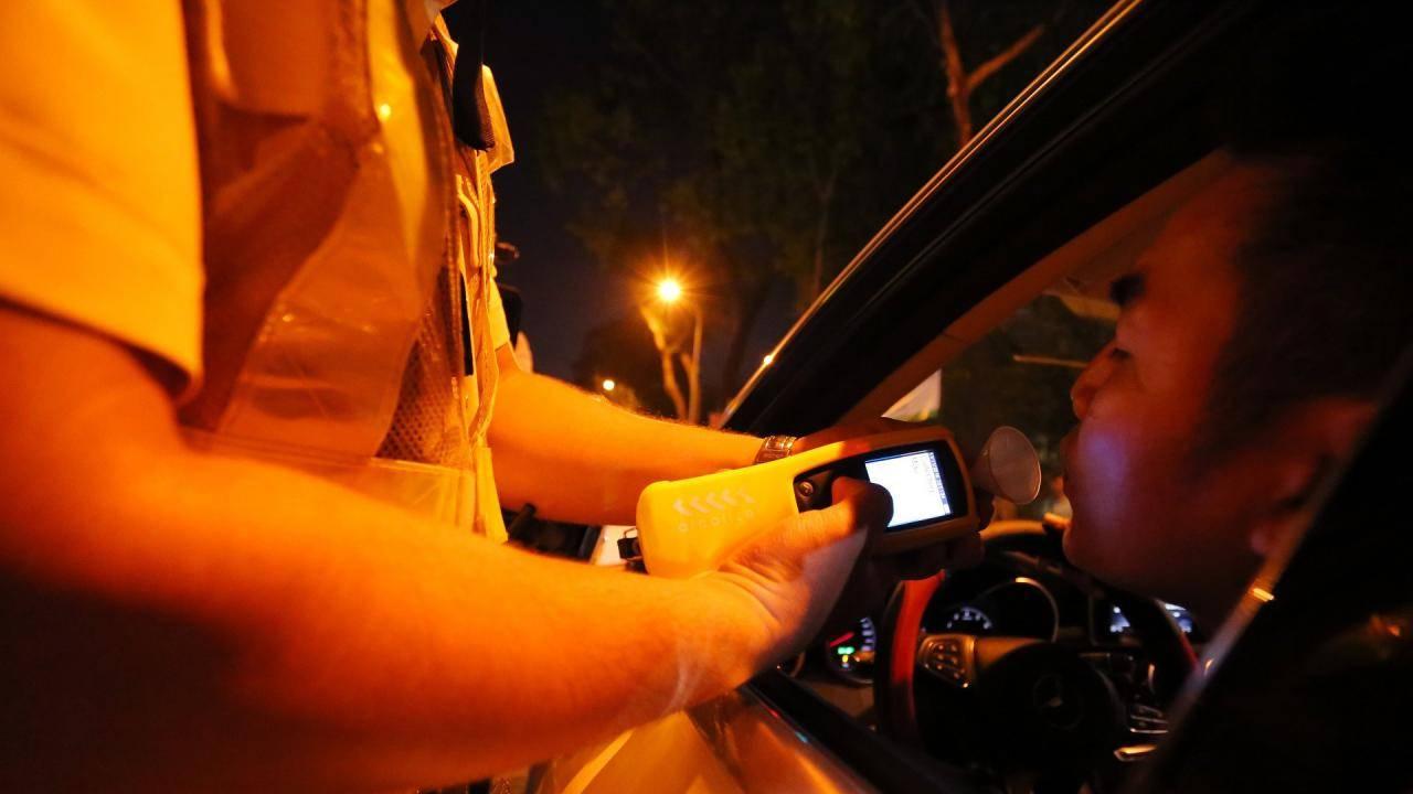 CSGT mời ngẫu nhiên ôtô lưu thông trên đường vào, yêu cầu tài xế thổi vào máy đo nồng độ cồn.