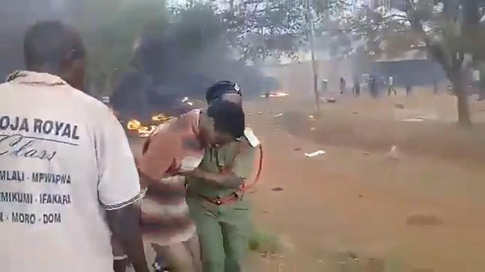 Một người dân bị thương được giải cứu.