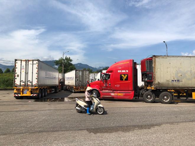 Từ ngày 10 đến 15.8 hàng loạt xe container vận chuyển thanh long sang Trung Quốc bị ùn ứ ở cửa khẩu Hà Khẩu - Lào Cai. (Ảnh qua thanhnien)