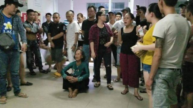 Người nhà bị can Hiền kéo đến Bệnh viện Đà Nẵng rạng sáng 5/7.