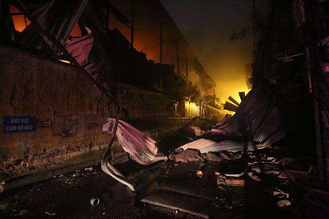 Nhiều kết cấu bị sập đổ trong vụ cháy. (Ảnh qua thanhnien)