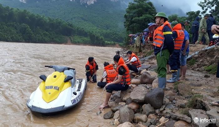 Lực lượng chức năng được huy động tìm kiếm các nạn nhân mất tích sau cơn bão hôm 3/8. (Ảnh qua infonet)