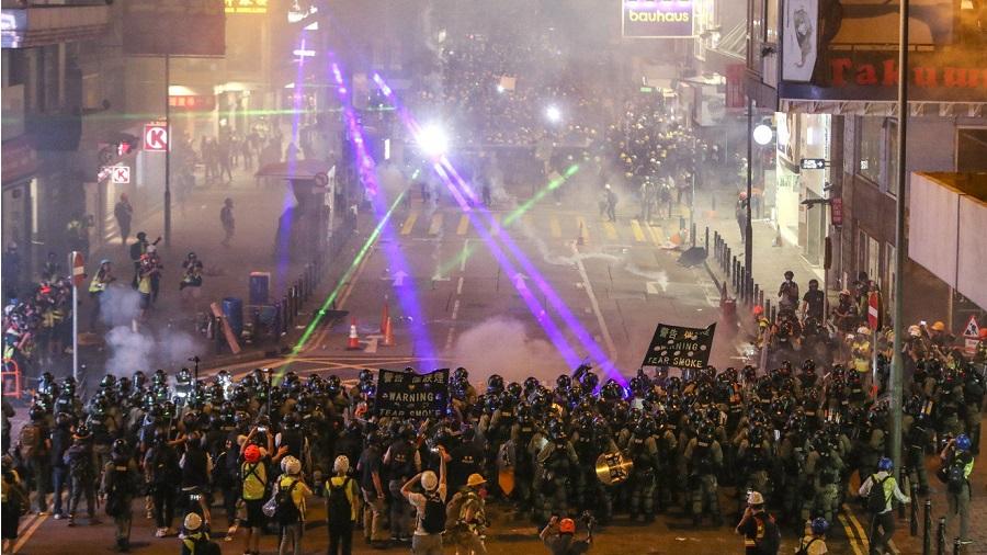 Những người biểu tình tập trung trên một con đường thuộc quận Causeway Bay, Hong Kong, ngày 4/8. Ảnh: AFP.
