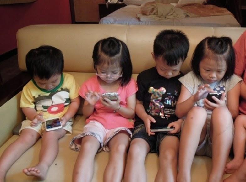 Trẻ em ngày nay sử dụng điện thoại quá nhiều.