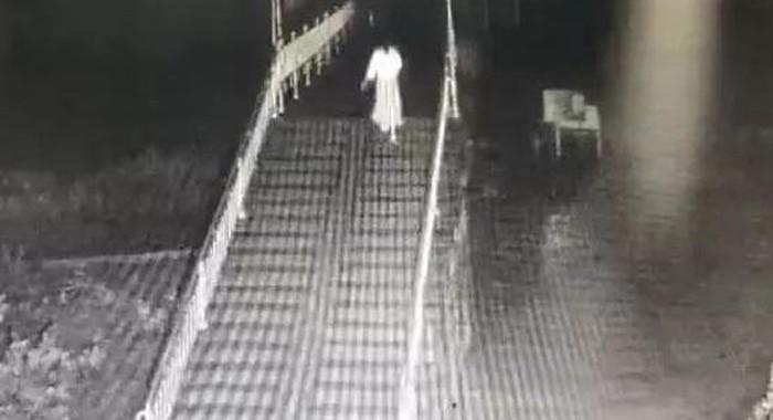 Hình ảnh cô bé cô độc đi tự tử trong đêm được camera giám sát ghi lại.