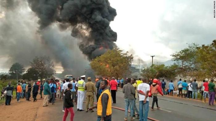 Đám khói đen đặc bốc lên sau vụ cháy nổ xe chở nhiên liệu.