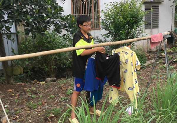 Ngoài đi học, bé Khôi giúp mẹ việc nhà.