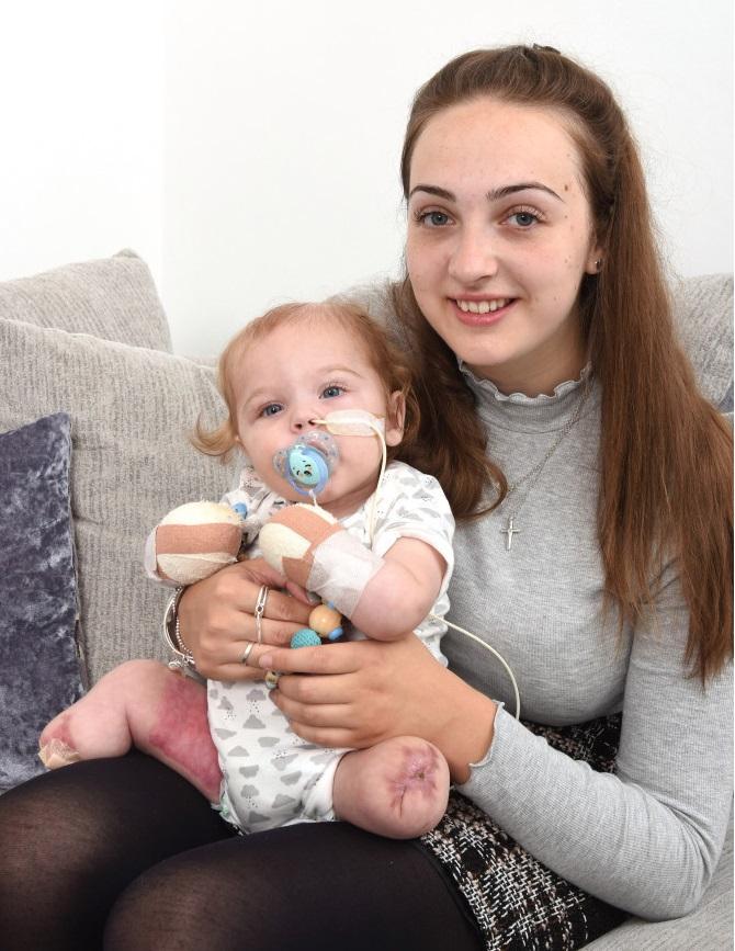 Oliver và mẹ của mình, cô Abigail Wardle sau khi xuất viện.