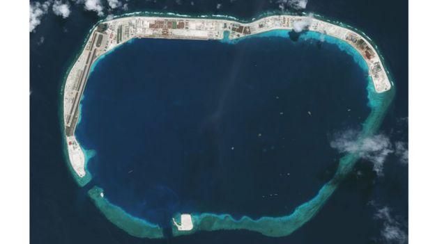 Hình chụp từ vệ tinh 5/2018 cho thấy trên Đá Vành Khăn có các tòa nhà, kiến trúc kiên cố đã được xây cất. (Ảnh qua bbc)
