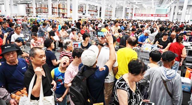 Người mua chen lấn tại cửa hàng Costco đầu tiên tại Thượng Hải (Trung Quốc) vào hôm khai trương 27/8.