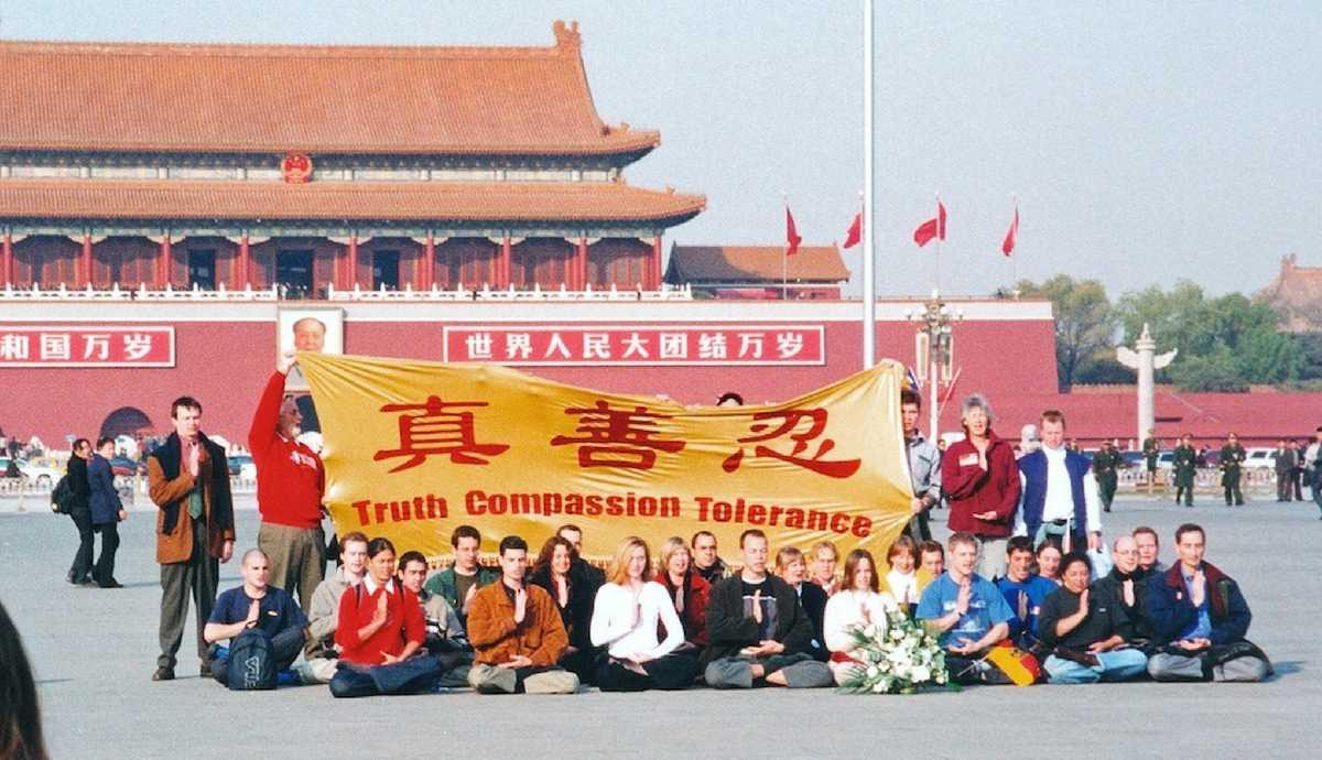 Các học viên Pháp Luân Công từ 36 quốc gia thỉnh nguyện trên quảng trường Thiên An Môn yêu cầu chấm dứt cuộc đàn áp và tra tấn tàn bạo các học viên Trung Quốc tại Bắc Kinh vào năm 2001. (Minghui.org)