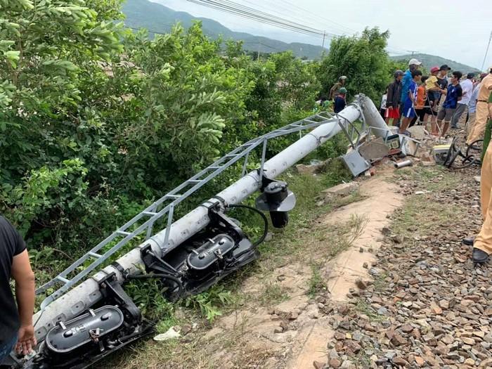 cột tín hiệu đường sắt ở phía nam ga Sông Lòng Sông bị gãy đổ