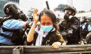 """Cảnh sát Hồng Kông vì sao từ nhân viên chấp pháp đột nhiên trở thành """"côn đồ""""?"""
