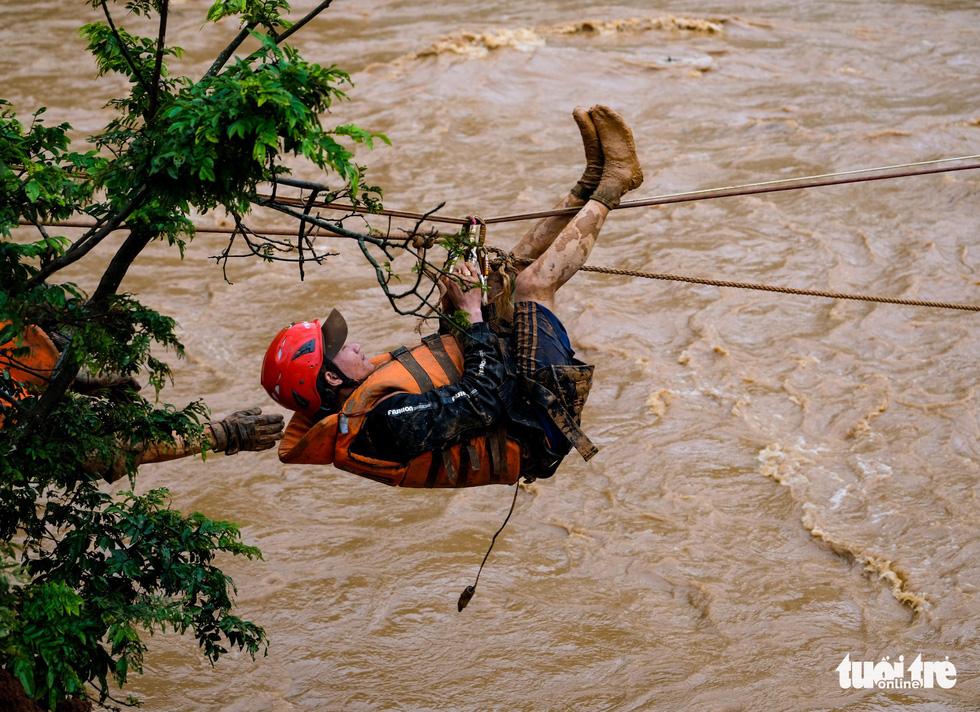 Ròng rọc đưa người bị nạn đến khu vực an toàn.