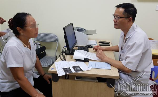 PGS Thành tư vấn cho bệnh nhân D., yêu cầu nhập viện phẫu thuật gấp. (Ảnh qua vietnamnet)