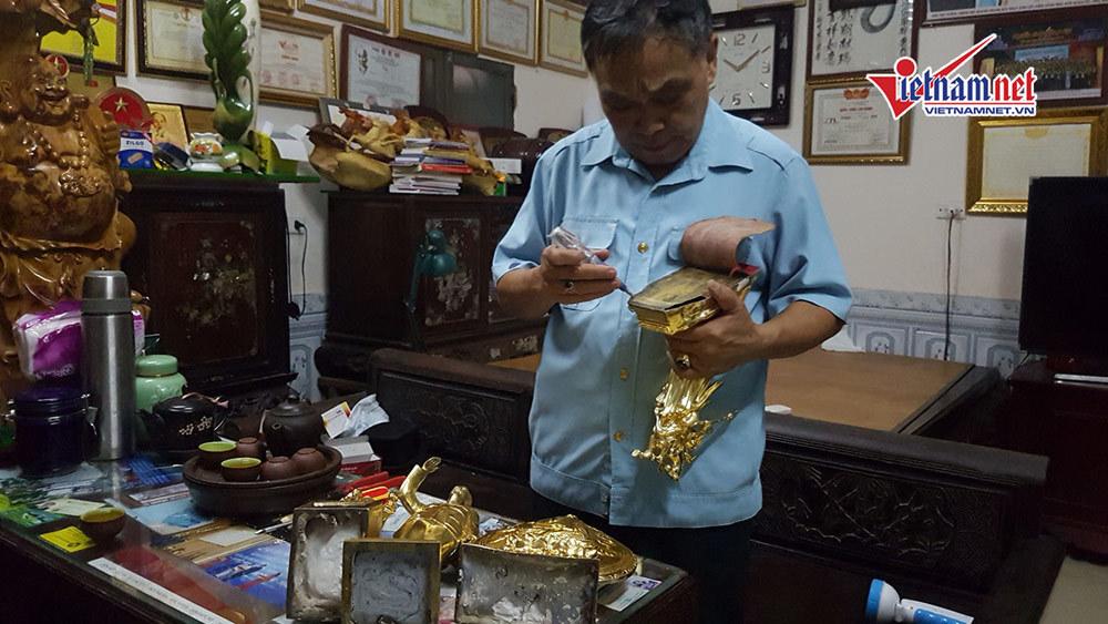 Khi đưa tượng mạ vàng đi xét nghiệm, các chuyên gia cho biết lớp 'vàng 24K' mạ bên ngoài là một loại hóa chất trộn với vàng non, 'bôi' cho có